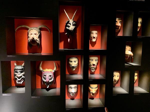 maschere carnevalesche in legno