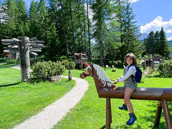 bambina su cavall odi legno