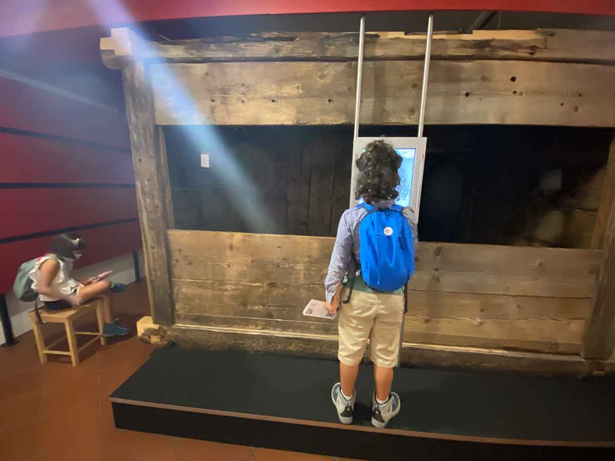 bambino al museo della val Gardena