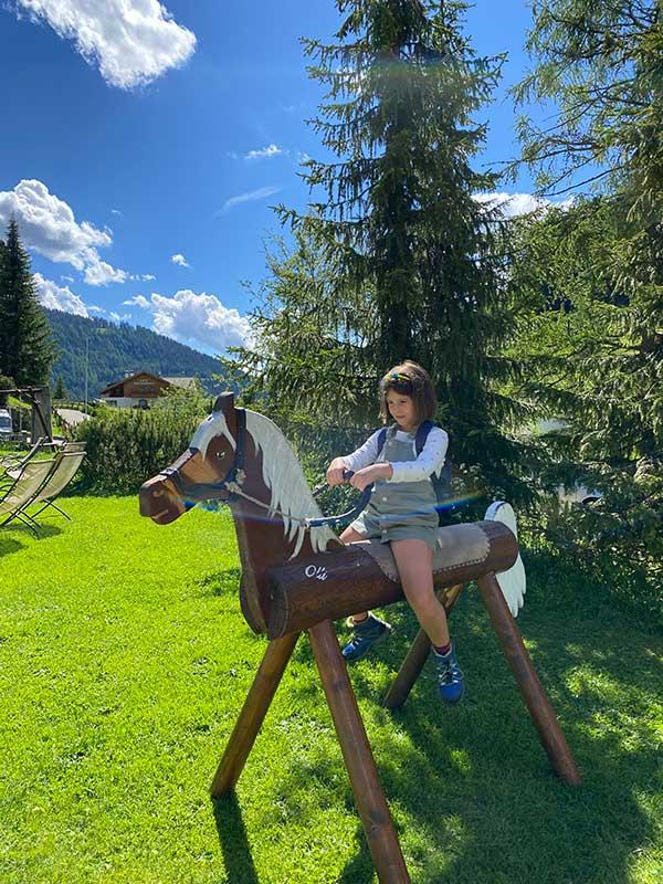 bambina su cavallo di legno