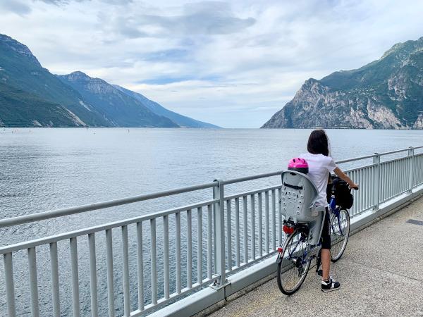 mamma e figlia in bicicletta lungolago