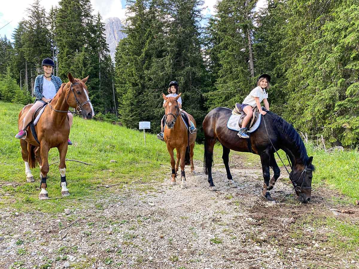 mamma e bambini a cavallo