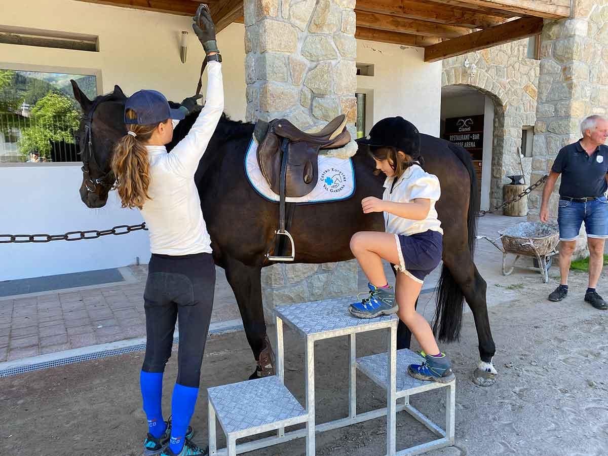 bambina sale a cavallo