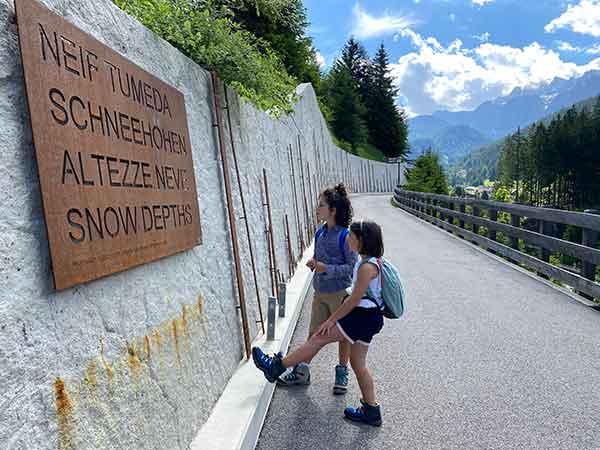 bambini guardano il muro della neve
