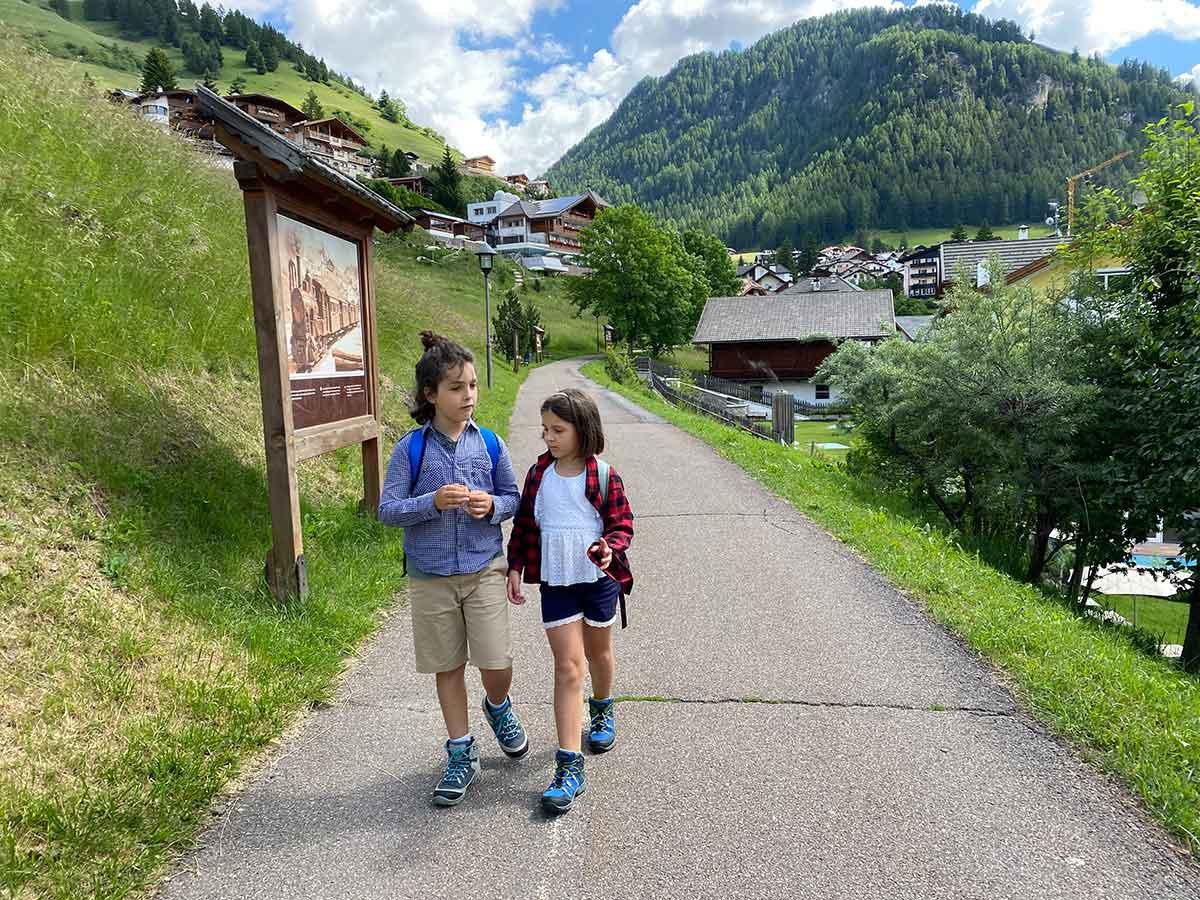 bambini lungo la passeggiata trenino val gardena