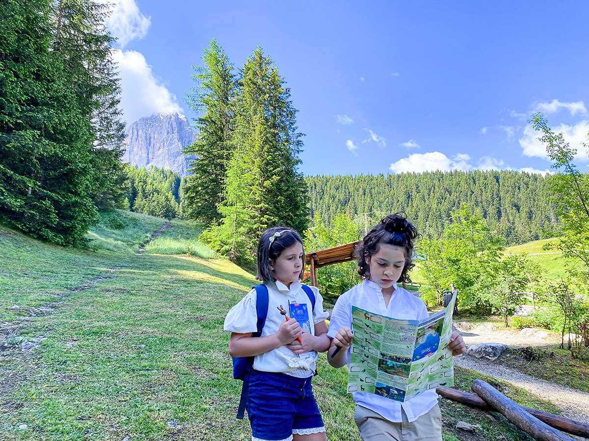 bambini con mappa