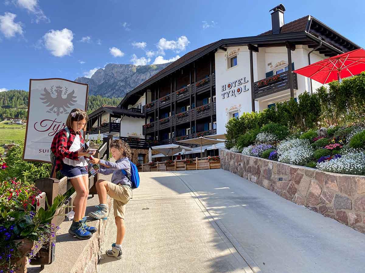 Bambini davanti all'Hotel Tyrol