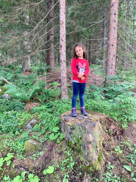 bambina su tronco