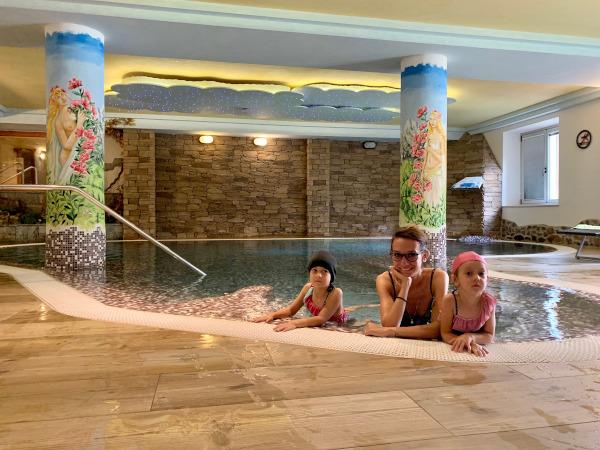 famiglia in piscina al coperto
