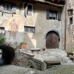 borgo medievale con case in pietra