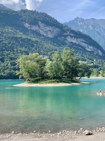 isolotto in mezzo al lago