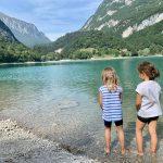 bambine in riva al lago
