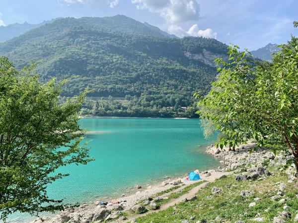 lago con acqua turchese