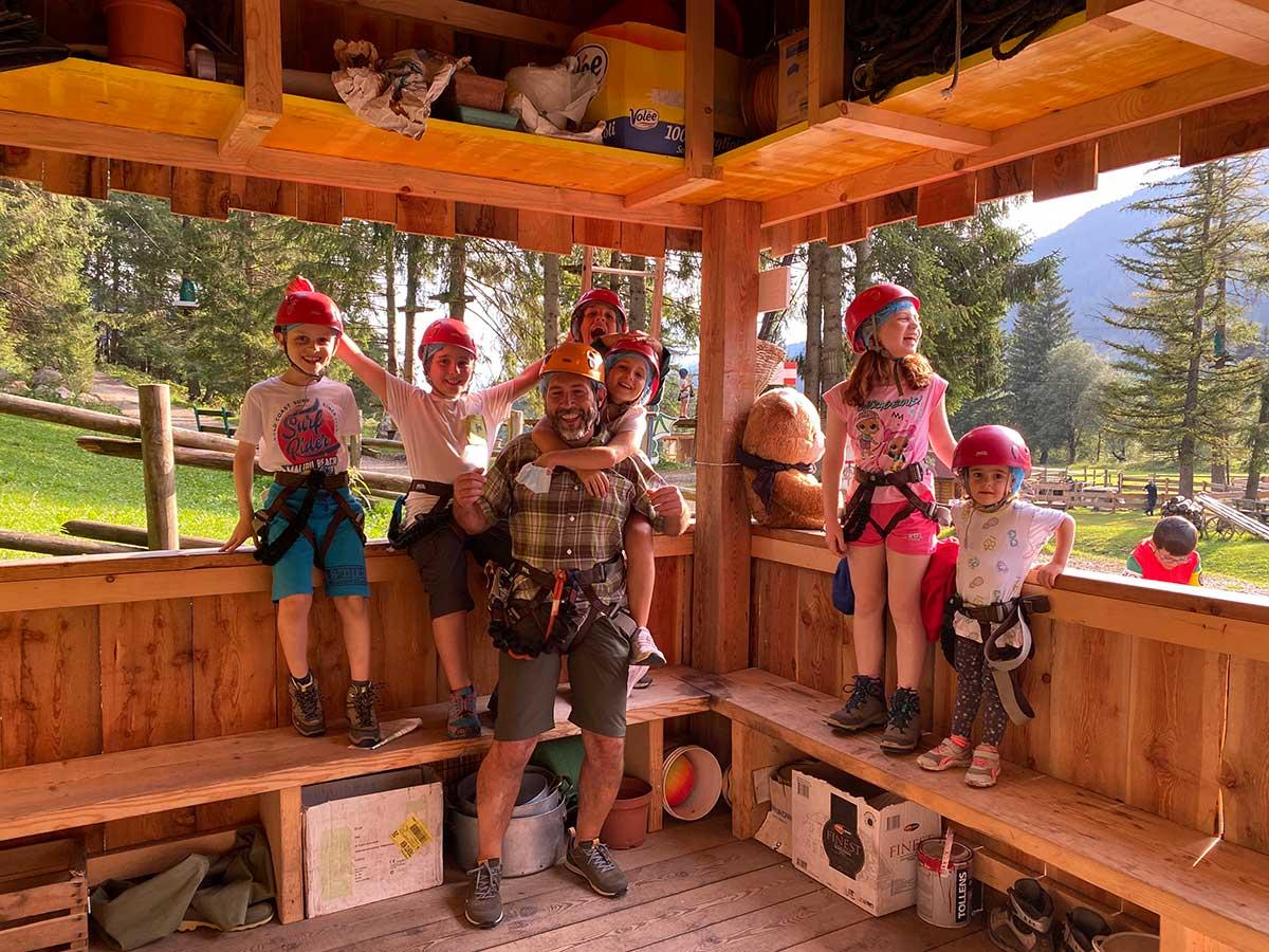 papà con bambini al parco avventura