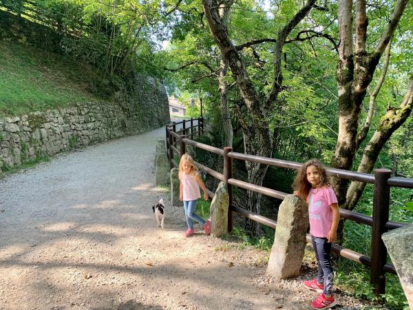bambine su sentiero